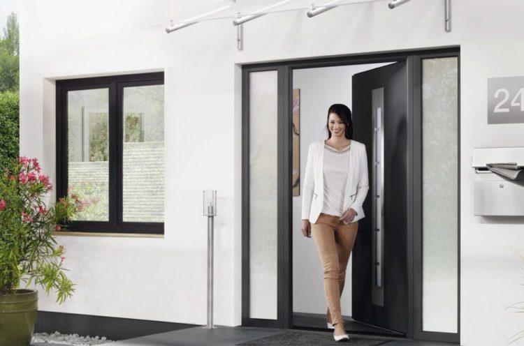 Žena-prolazi-kroz-ulazni-vrata-1024×677